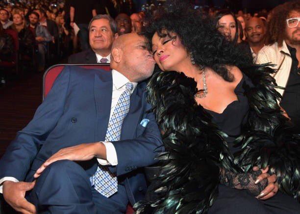 Name:  Berry Gordy kisses Diana.jpg Views: 202 Size:  47.8 KB